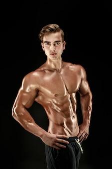 Сильный культурист с шестью пакетами, идеальный пресс, плечи, бицепс, трицепс и грудь