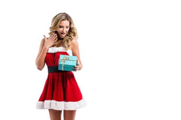 サンタクロースの衣装とギフトの美しいセクシーな女性