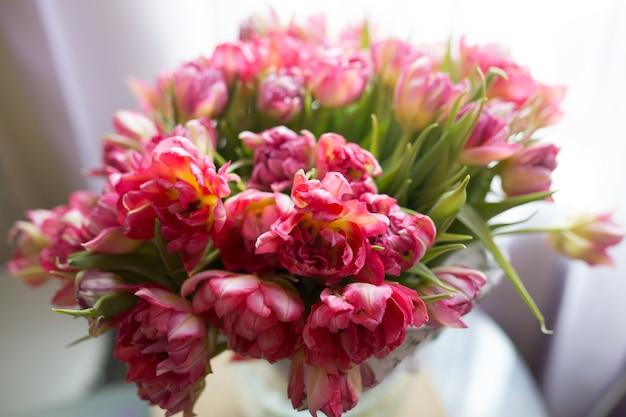 淡いピンクのチューリップの花束