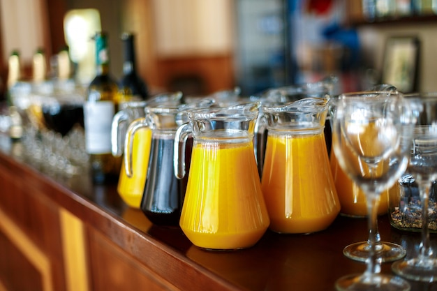 バーのオレンジとブドウのフレッシュジュースのデカンタ