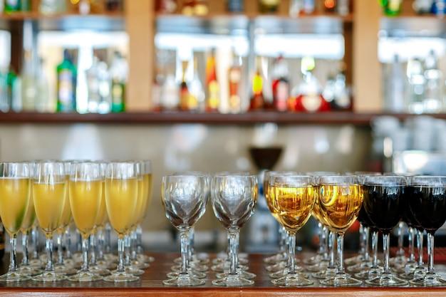 白ワインと赤ワインのボトルのグラス