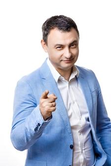 Портрет среднего возраста человека в синем пиджаке. изолировать на белом. указывает пальцем