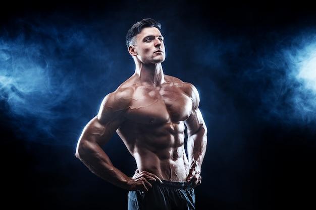 完璧な筋肉を持つ強力なボディービルダー男