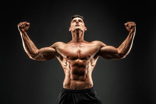 彼の筋肉を示すボディービルダー