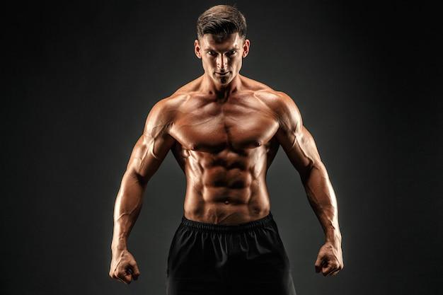 Культурист показывает свои мышцы