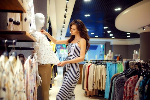 Модная женщина, выбирая одежду