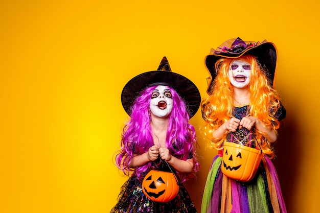 Две красивые девушки в костюме ведьмы, пугая и делая лица