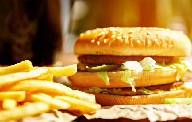 フライドポテトとソーダポップでクラフト紙のハンバーガー