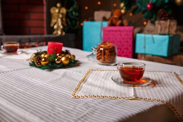 クリスマスの飾りとティーグラス