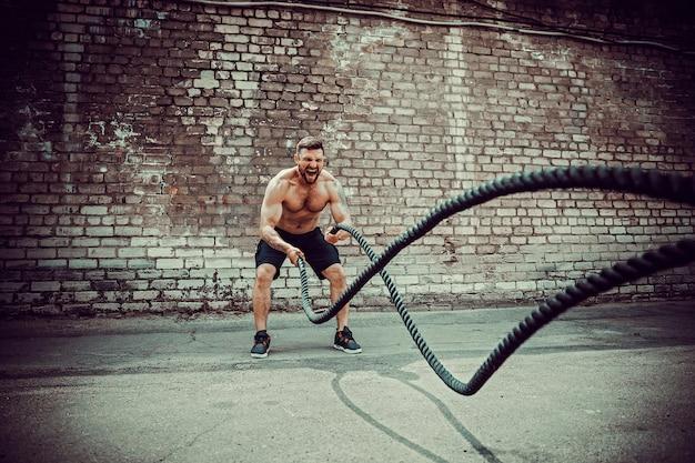 ロープを持つ男性、機能訓練