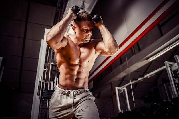 Красивый мужчина упражняется делать упражнения для живота