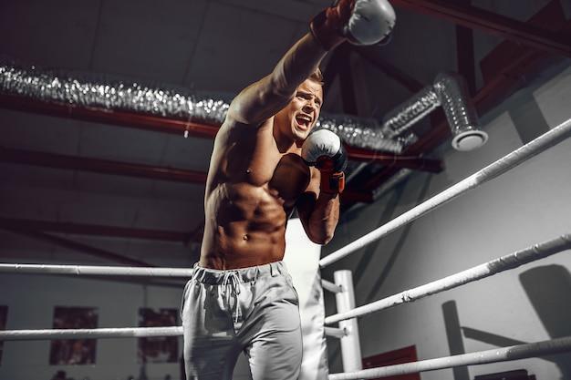 ボクサー。ボクシングリングに自信を持って若いボクサー