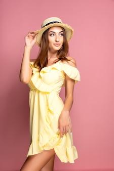 黄色のドレスで官能的な女性