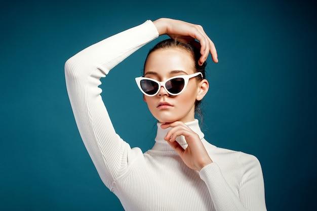 Портрет красивой молодой женщины в солнцезащитных очках