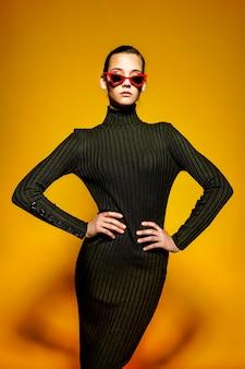 黒のドレスを着ている若いクールな女性