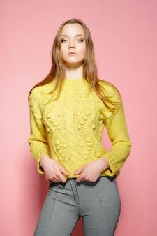 Красивая женская модель носит повседневный шутливый свитер