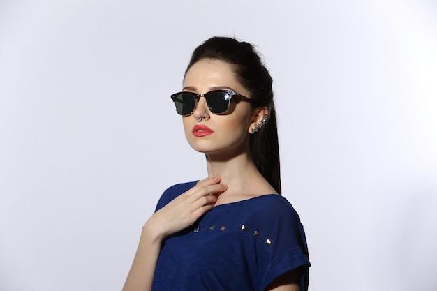 Красивая молодая леди в темных очках