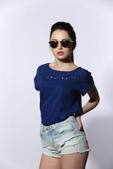 Красивая молодая леди носить джинсы и солнцезащитные очки