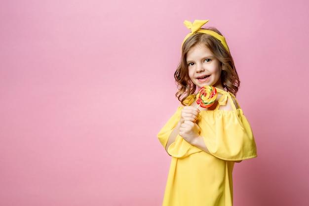 Милая маленькая девочка с конфетой