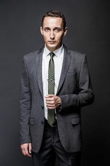 灰色のスーツとネクタイを着て真面目な実業家