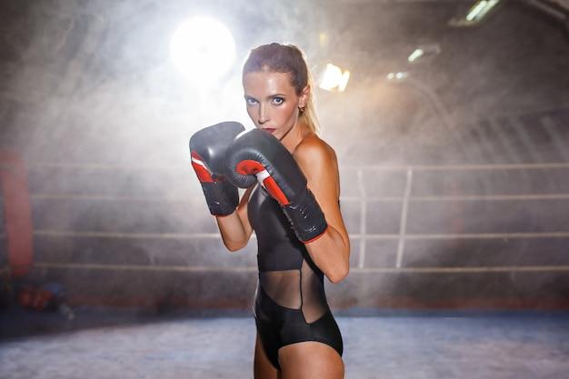 リングにボクシングブロンドスポーツウーマン