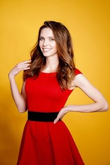 女性が赤いドレスでポーズ