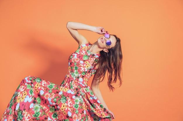 花柄のドレスを着た女性