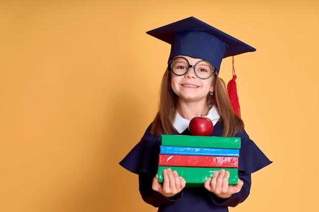 本と学者の服の少女