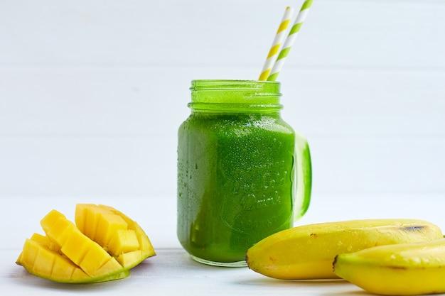 バナナとほうれん草のスムージーとマンゴー