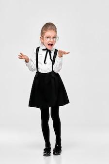 Изумленная девушка в школьной форме и круглых очках с негодованием развела руками в стороны
