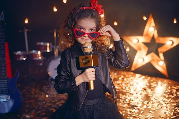 レコーディングスタジオで歌う美しい少女