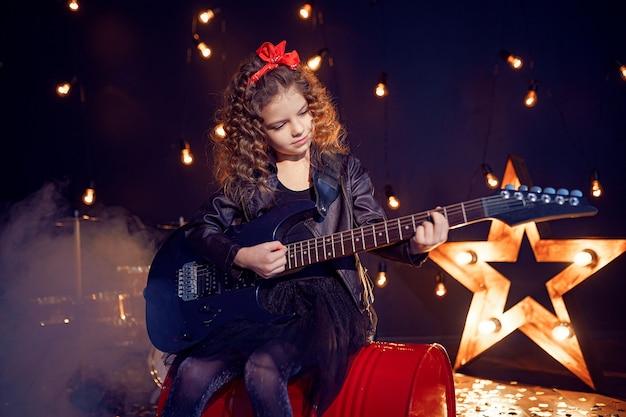 エレクトリックギターを演奏若いロックガール