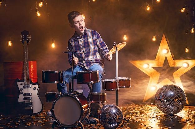 ドラムを弾く少年