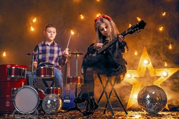 Дети притворяются рок-группой