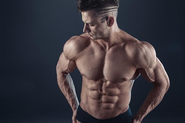 Сильный спортивный мускулистый мужчина
