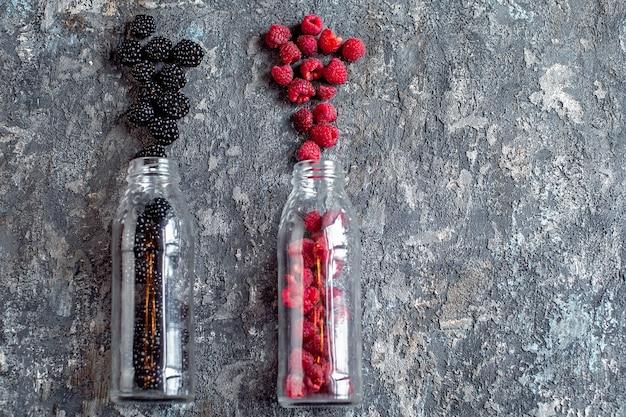 ガラス瓶の中のブラックベリーとラズベリーの果実