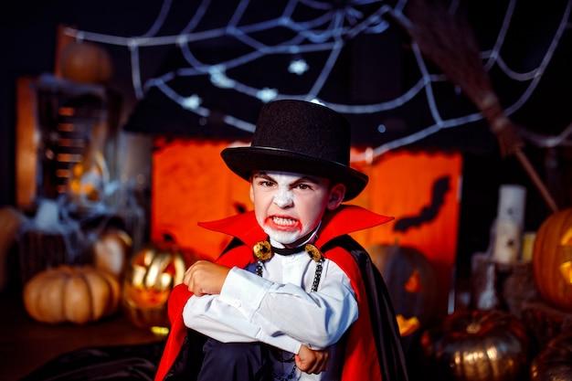 Портрет мальчика, одетого в костюм вампира