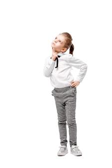 白いシャツとグレーのズボンの美しい少女