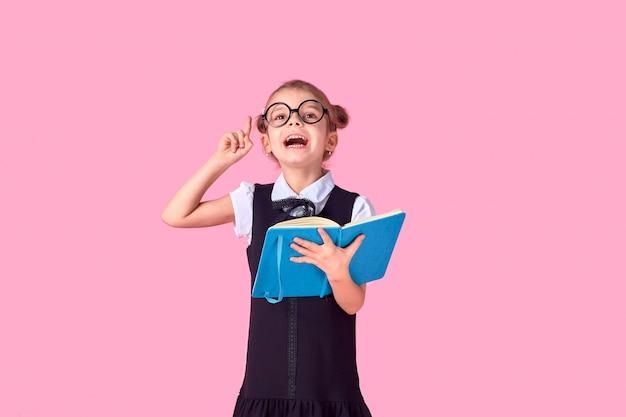 Картинка школьницы с учебником, эмоционально угадывающим указывая