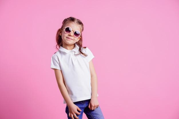 ピンクに分離されたピンクの丸いサングラスの女性