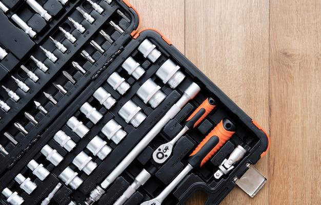 Набор инструментов для автомобиля. различные металлические инструменты на деревянном фоне