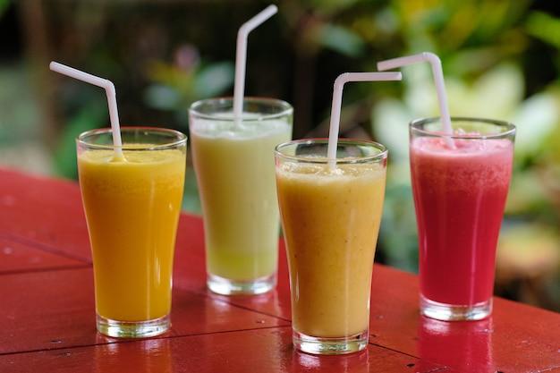 健康的な新鮮な異なるスムージーカクテル飲料
