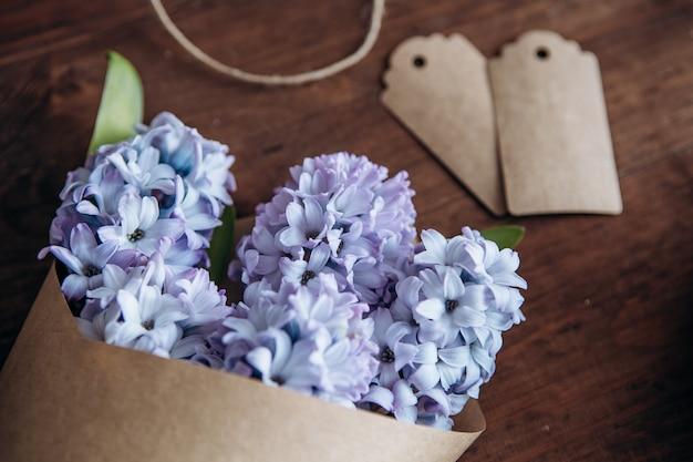 Композиция цветов. букет гиацинты на деревянном столе. день святого валентина. плоская планировка, вид сверху.