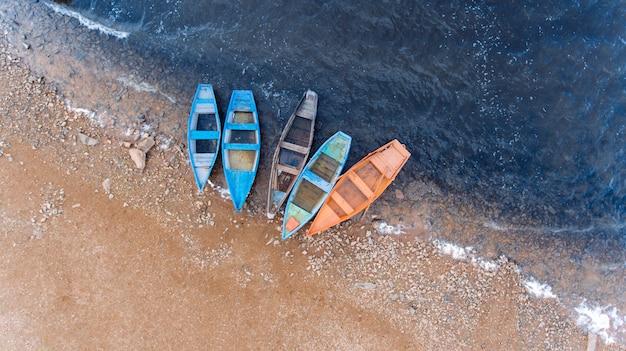 漁船。天気の良い日の美しい水。空撮。トップビュー