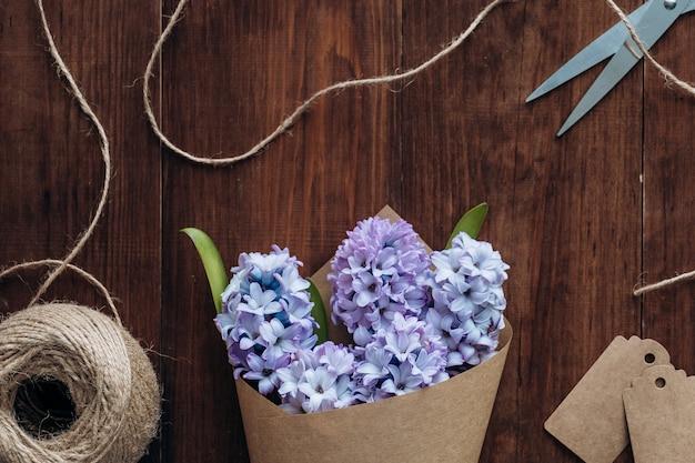 Композиция цветов. букет гиацинты на деревянном столе. день святого валентина