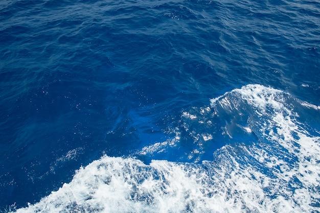 波状の海の海の波高角度のビュー