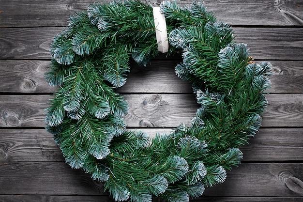 木製の背景にクリスマスリース。