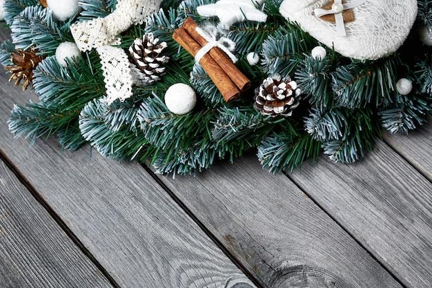 雪のモミの木とクリスマス木製の背景