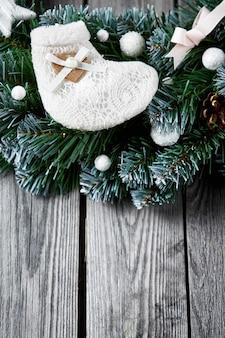 Рождественский деревянный фон со снежной елкой