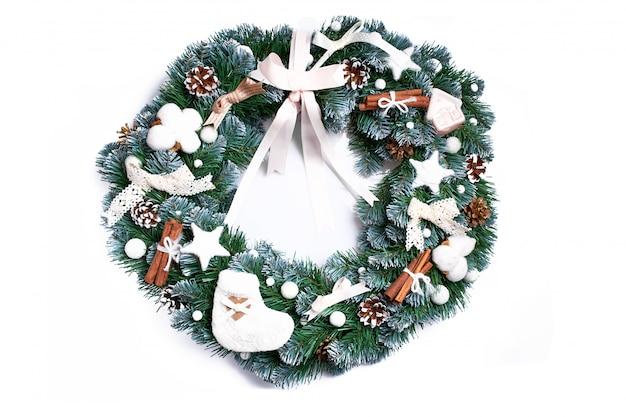 白い背景で隔離のクリスマスリース。お祝いデコレーション